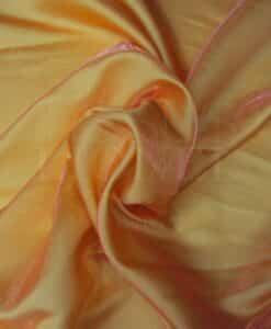 het veranderen van oranje satijnen fuchsia