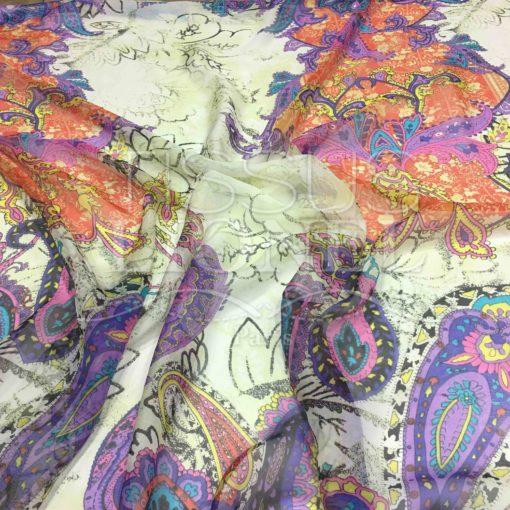 Mousseline de soie motif Paisley fond blanc cassé