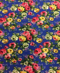 Розовый цветок печатной хлопчатобумажной ткани на синем фоне