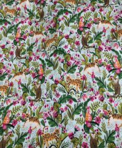 Amandelgroene katoenen stof met jungle motief